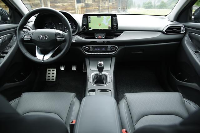 Blick in das aufgeräumte Cockpit mit intuitiver Bedienung und hochwertigen Materialien.